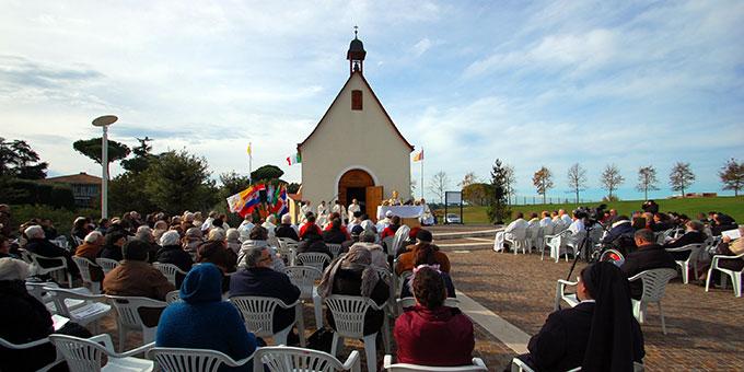 """Festgottesdienst vor dem """"Matri-Ecclesiae-Heiligtum"""" (Foto: Brehm)"""