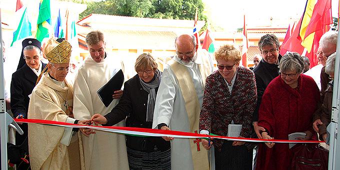 Vertreter verschiedener Schönstatt-Gemeinschaften durchschneiden das symbolische Band zur Eröffnung (Foto: Brehm)