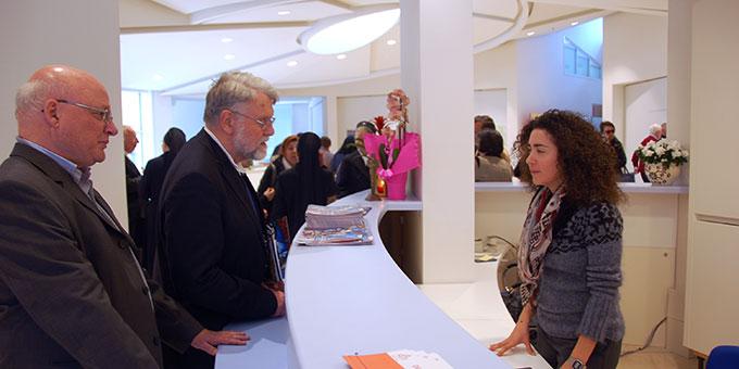 Hausleiterin Elena Buosi im Gespräch mit Gästen (Foto: Brehm)