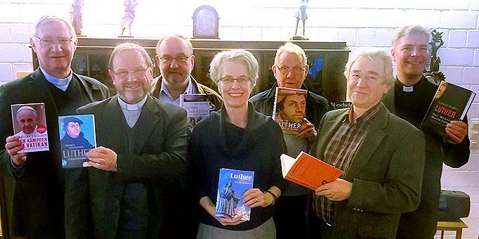 Anlässlich des Treffens des Schönstatt-Ökumene-Arbeitskreises im Provinzhaus der Schönstatt-Patres gab es eine Auswahl von Publikationen zur Ansicht, die im Reformations-Gedenkjahr erschienen sind (Foto: Brehm)