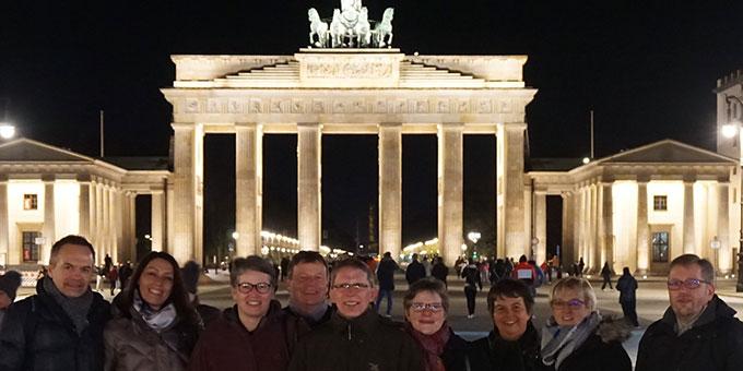 Schönstätter aus Würzburg beim nächtlichen Besuch am Brandenburger Tor (Foto: Fella)