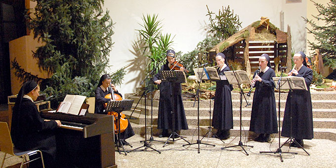 Ein Ensemble der Schönstätter Marienschwestern spielt adventliche Weisen bei der Bündnismesse in der Pilgerkirche in Schönstatt/Vallendar (Foto: AUTOR)