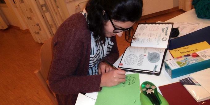 Handlettering beim Kreativ-Wochenende für junge Frauen (Foto: Andrea Wehner)