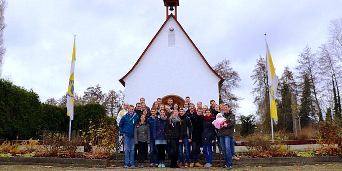 Gruppenfoto vor dem Schönstatt-Heiligtum (Foto: Schultheiss)