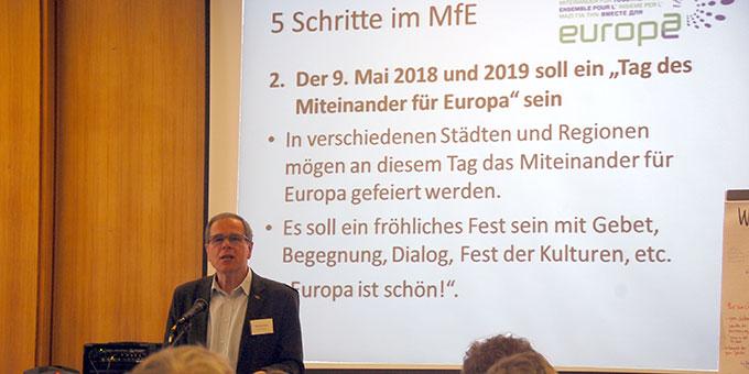 Gerhard Pross stellt die 5 Schritte auf dem weiteren Weg des Miteinanders vor (Foto: Brehm)