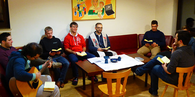Gottesdienst in kleiner Gruppe (Foto: SMJ)
