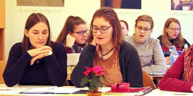 Im Vortragssaal erhielten die Teilnehmerinnen vielfältigen inhaltlichen Input (Foto: Chiara Schneider)