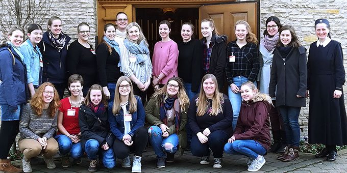 Die Teilnehmerinnen des Treffens vor dem Schönstatt-Heiligtum in Münster-Gievenbeck (Foto: Vehlken)