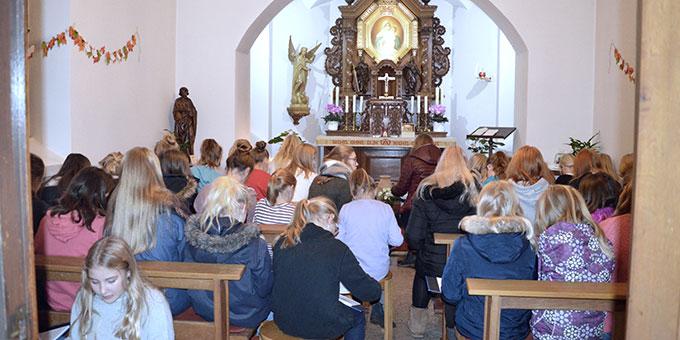 Mit ein bischen gutem Willen passen auch 60 Mädchen in die kleine Kapelle (Foto: M. Imwalle)