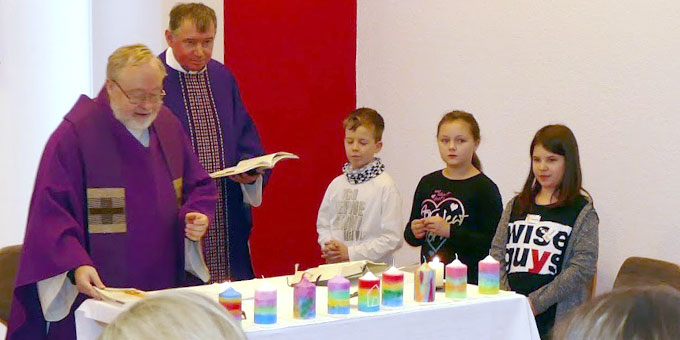 Stabübergabe: Pater Bernhard Schneider (l) und Pater Otto Amberger beim Familiengottesdienst (Foto: Schulz)