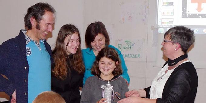 Die Sieger beim Lichtquiz bekommen einen Preis (Foto: Schulz)