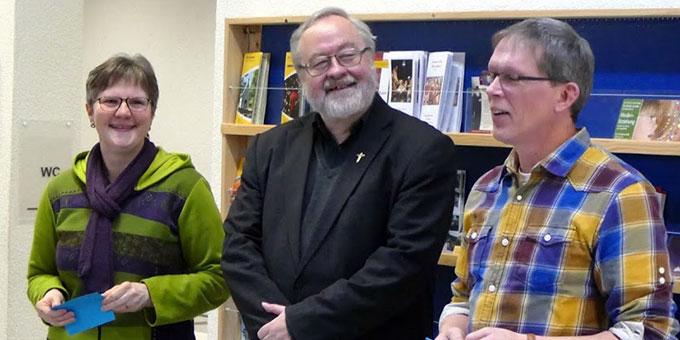 Die Diözesanleitungsfamilie dankt Pater Schneider (Foto: Schulz)