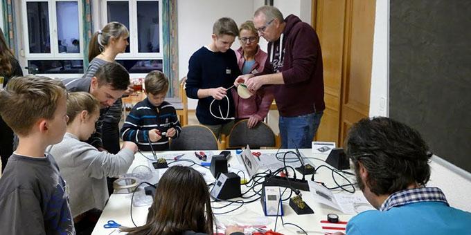 Hier durfte man selber löten:  LEDs für die Lichtkugel  (Foto: Schulz)