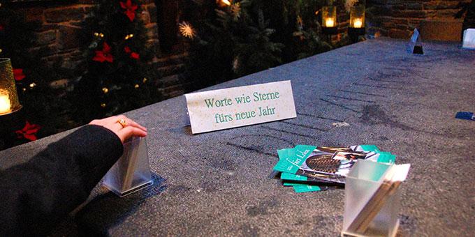"""Auf dem Weg in den Stall zu Tee und Plätzchen können in der Gründerkapelle """"Worte wie Sterne für das neue Jahr"""" mitgenommen werden (Foto: Brehm)"""