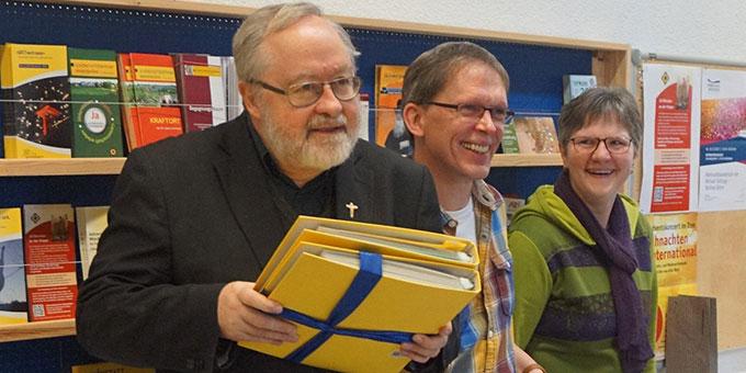 Abschied von Pater Bernhard Schneider: Zum Dank gibt´s eine dicke Sammlung von Dankesbriefen und Erinnerungsfotos (Foto: Fella)