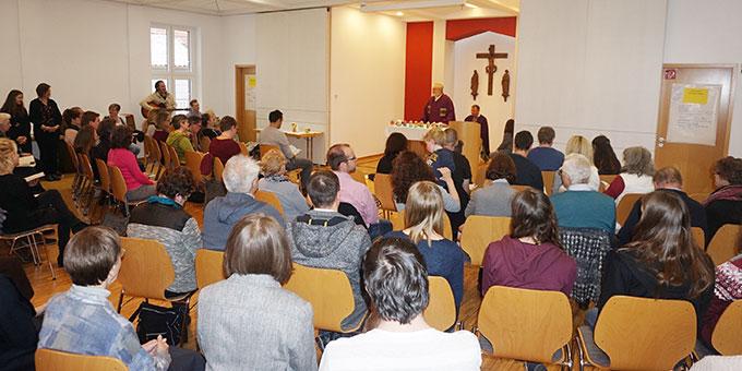 Vollbesetzter Saal beim letzten Gottesdienst mit Pater Bernhard Schneider (Foto: Fella)