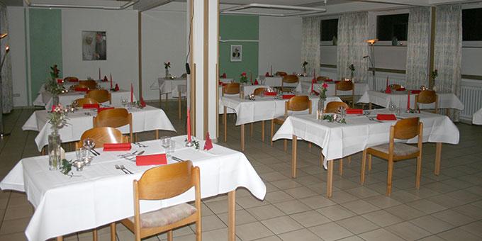 Der Saal und die Tische sind vorbereitet (Foto: Peitz)