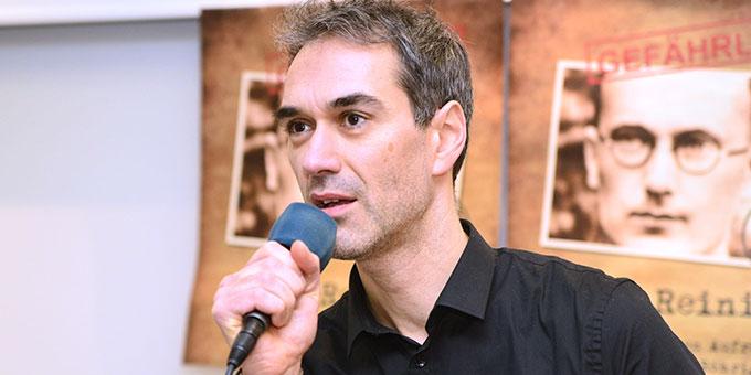 Amin Jan Sayed präsentiert zwei Lieder des neuen Reinisch-Musicals bei der Pressekonferenz in Vallendar (Foto: Timo Michael Keßler)