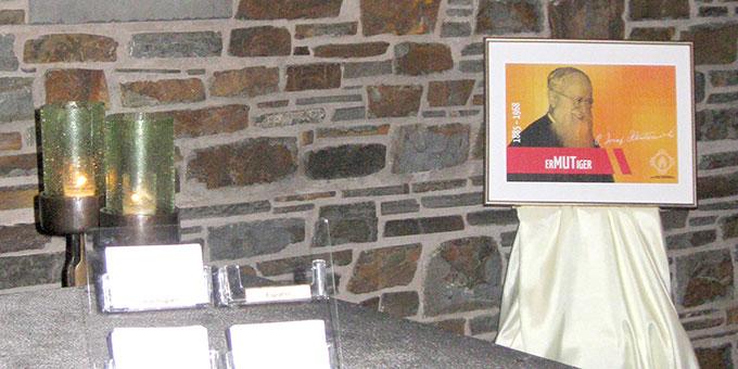 """Pater Kentenich als """"ErMUTiger"""" stand im Mittelpunkt des Begegnungsabends in der Anbetungskirche Berg Schönstatt/Vallendar (Foto: SMS)"""