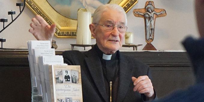 Pater Bodo Maria Erhard lässt alte Zeiten lebendig werden (Foto: Fella)