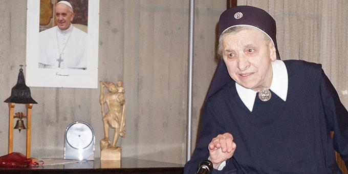 Sr. M. Annelucia bei ihrer eindrucksvollen Schilderung (Foto: Fella)