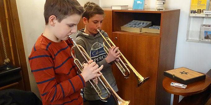 """Zwei """"Musketiere"""" spielen stilvoll nach der Kommunion die Trompete! (Foto: Imwalle)"""