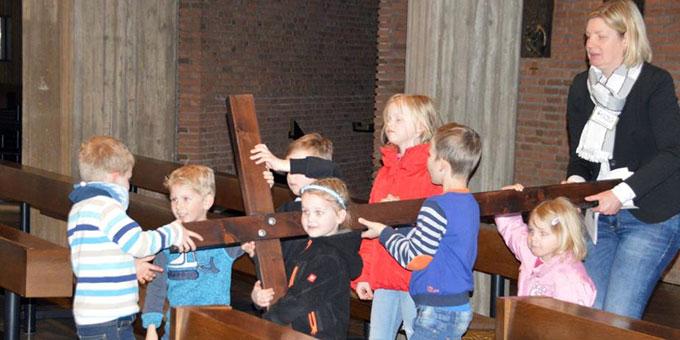 Beim Familienkreuzweg das schwere Kreuz erlebnismäßig erfahren (Foto: Elberich)