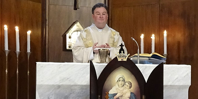 Pater Romuals Krzuk, Polen, bei einer der Heiligen Messen des Treffens (Foto: Projekt Pilgerheiligtum)