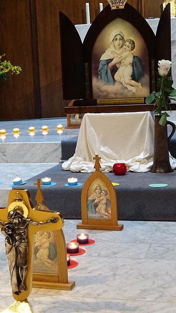 Auxiliar-Bild wird das große Bild der Pilgernden Gottesmutter genannt, das durch die Länder Europas reist. Von Familie zu Familie ist Maria mit den kleinen Bildern der Pilgernden Gottesmutter unterwegs (Foto: Projekt Pilgerheiligtum)