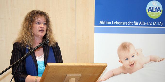 """Die Bundesvorsitzende der ALfA, Alexandra Maria Linder, warb bei den Teilnehmern am """"Tag der Männer"""" um Unterstützung für die Anliegen ihres Vereins (Foto: Vallendor)"""
