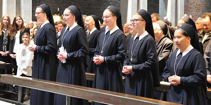Nachdem sie sich umgekleidet haben, feiern die jungen Schwestern die Eucharistiefeier mit (Foto: s-ms.org)