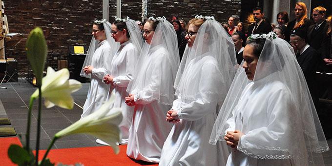 Am Altar erhalten die jungen Frauen ihr Schwesternkleid (Foto: s-ms.org)