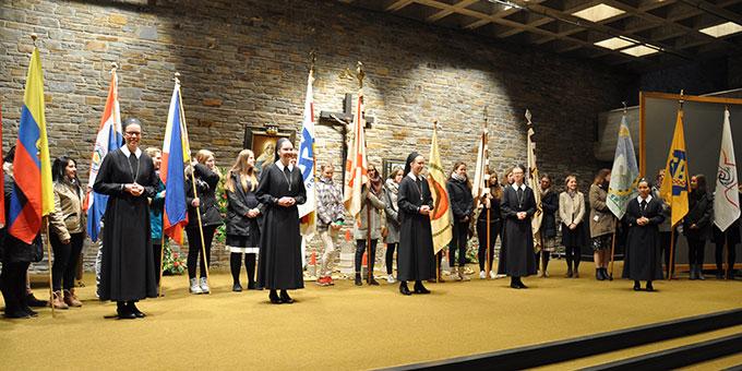 Nach der Feier beginnt der Gratulationsmarathon in der Aula unter der Kirche (Foto: s-ms.org)