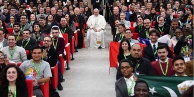 Ein Gruppenfoto mit dem Papst (Foto: twitter.com/synod2018)