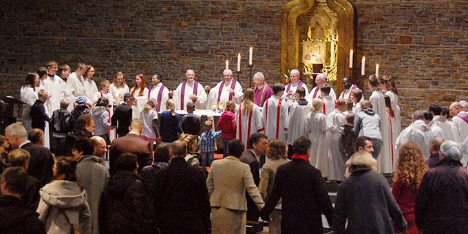 Zum Vater Unser und zum Friedensgruß gab es mit allen Kindern eine große Runde um den Altar (Foto: Brehm)