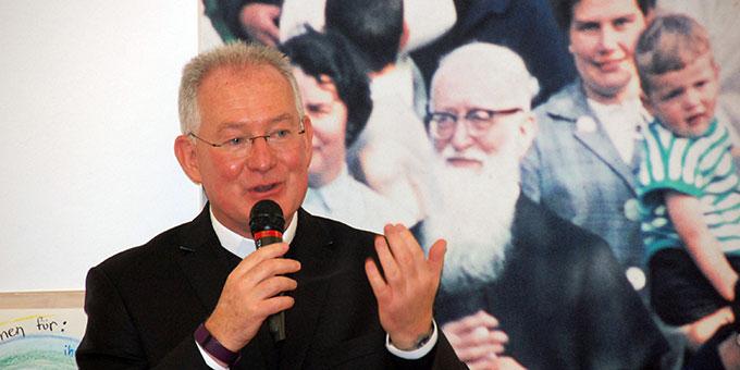 Pater Michael bringt seine Freude über seine Tätigkeit im Schönstatt-Familienbund zum Ausdruck (Foto: Brehm)