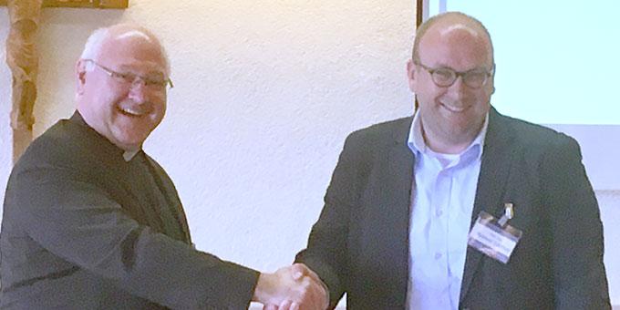 JKI-Präsident Andreas Brüstle übergibt den JKI-Preis 2018 an Manuel Gärtner (Foto: Uta Söder)