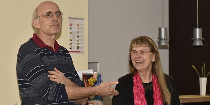 MarriageWeek Herxheim: Dr. Hans Jürgen Werner stellt Ruth Heil beim Vortragsabend vor (Foto: Klaus Kröper)