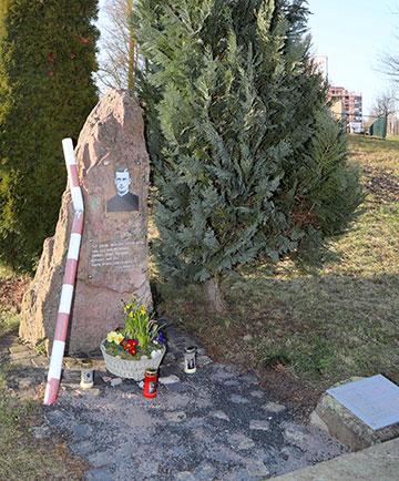 Auf dem Gelände der ehemaligen Wehrmachtskaserne in Bad Kissingen erinnert dieses Denkmal an Pater Franz Reinisch (Foto: Markus Hauck, POW)