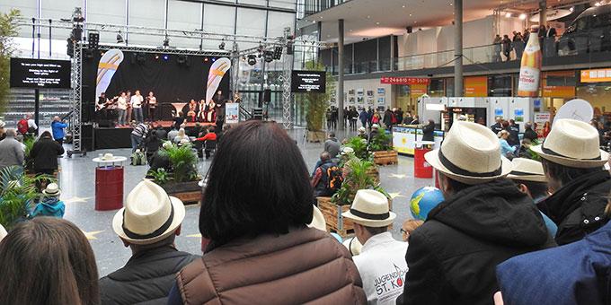 Bühne im Artrium beim Eingang Ost: Andacht und Gebet während der Tourismusmesse (Foto: McClay)
