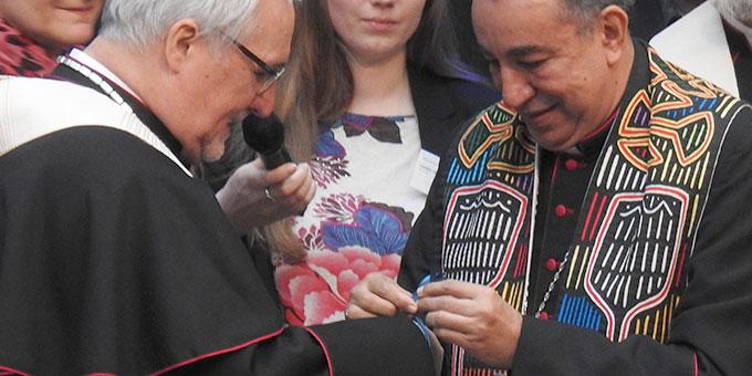 Austausch von Friedensbändern zwischen den Bischöfen (Foto: McClay)