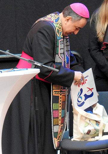 Erzbischof Mendita hatte zu Beginn von den Jugendlichen der Schönstattbewegung eine Schönstatt-Tasche erhalten, die er den ganzen Tag mit sich durch die Ausstellung trug (Foto: McClay)