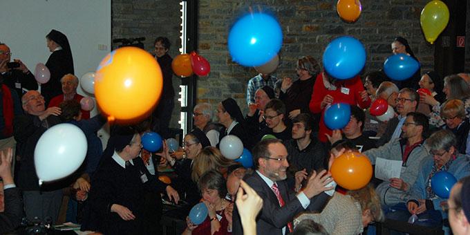 Die Luftballonaktion am Ende des Morgenlobes macht den Delegierten sichtlich Spass (Foto: Brehm)