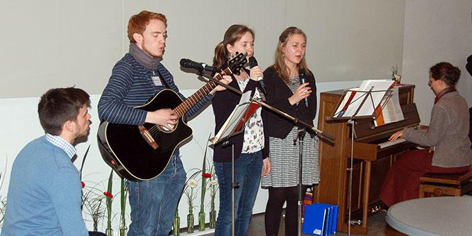 Eine Ad hoc - Band sorgt für passende Musik (Foto: Brehm)