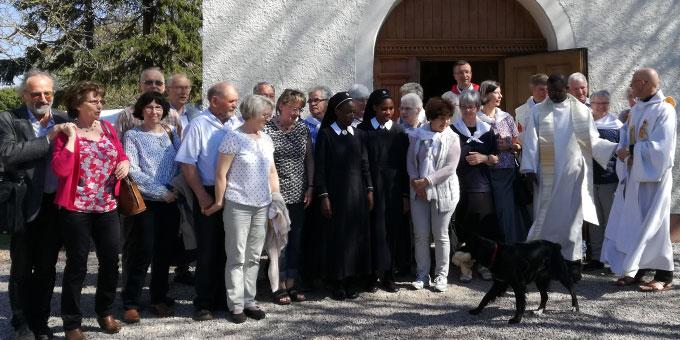 Die aus Deutschland angereiste internationale Gruppe am Schönstatt-Heiligtum in Cambrai (Foto: privat)