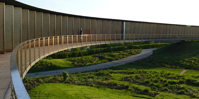 Der Ring der Erinnerung mit 570.000 Namen - quer über die von der Artillerie zerpflügte Landschaft. Auch Josef Englings Name ist dort zu finden (Foto: privat)