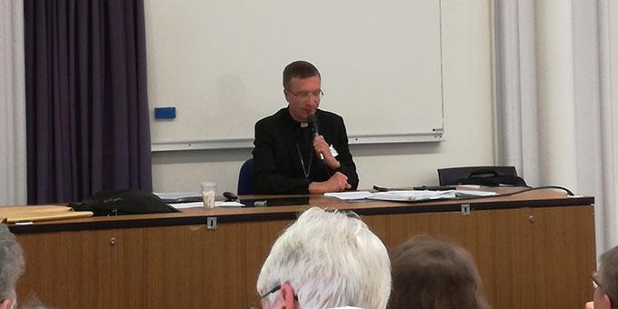 Weihbischof Dr. Michael Gerber bei seinem in französisch gehaltenen Vortrag in der katholischen Universität Lille (Foto: privat)