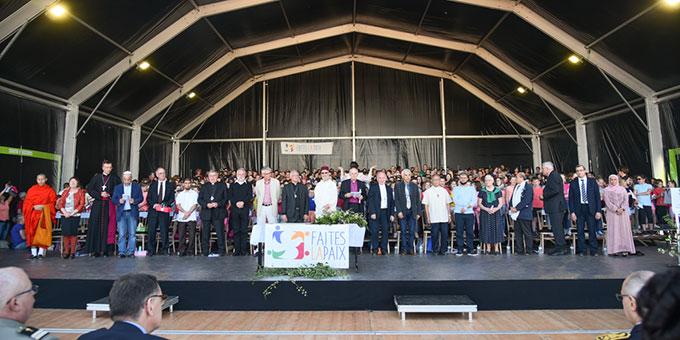 """Bei der """"Cérémonie pour la paix"""" (Friedenszeremonie) wird ein Manifest für den Frieden unterschrieben (Foto: David Penez)"""