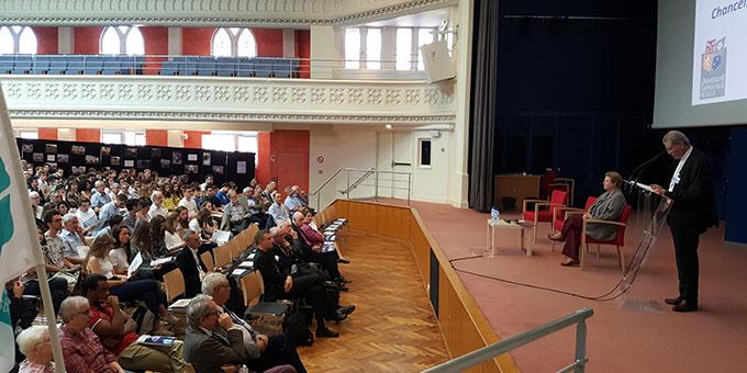 """Mons. Laurent Ulrich, Erzbischof von Lille und Kanzler der katholischen Universität von Lille eröffnet den internationalen Kongress  """"Campus de la paix"""" in der Uni Lille, wo u.a. auch einige Schönstätter in verschiedenen Workshops zu Wort kommen (Foto: Diocèse de Lille)"""