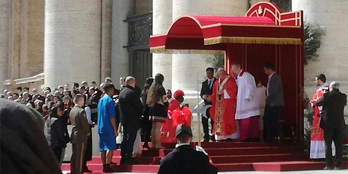 Zum Abschluss der Jugend-Vorsynode übergaben Jugendliche das Ergebnisdokument an den Heiligen Vater. Papst Franziskus dankte allen Jugendlichen für ihre Teilnahme, auch den virtuellen Teilnehmern. Die deutsche Übersetzung des Dokumentes liegt jetzt vor (Foto: twitter.com/synod2018)